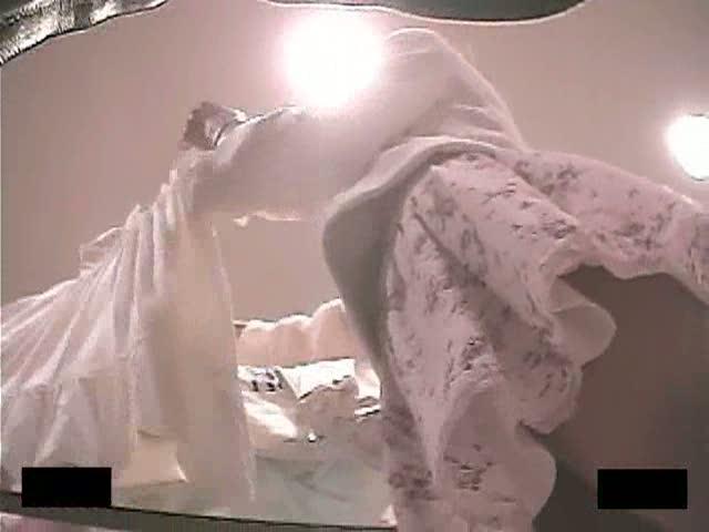 【パンチラ盗撮動画】極上の右足フトモモにホクロが確認される美人ショップ店員さんの逆さ撮りパンチラ映像公開w