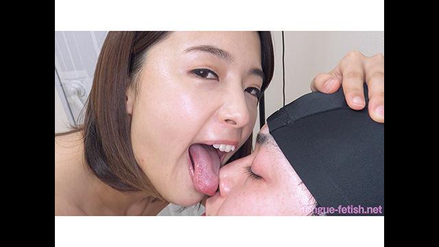 【舌フェチ唾フェチ】向井藍のエロい舌でたっぷり顔舐め鼻舐め&手コキプレイ